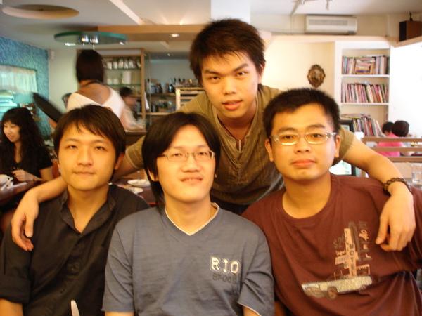 4人小組合照...