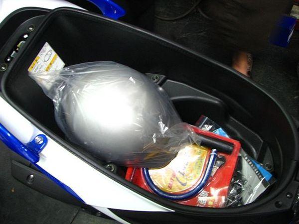 原廠送的安全帽跟大鎖