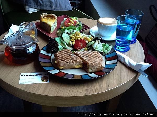 左: TWG紅茶,右: cappuccino,前: 燻牛肉Panini,後: 法式鹹派