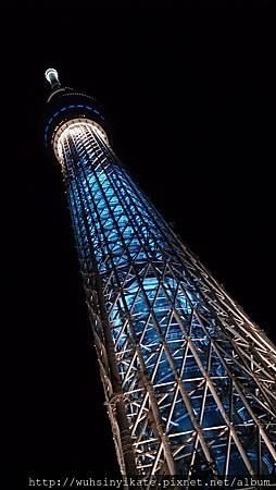 晴空塔 位於八樓的Dome garden有戶外木椅可以躺著看晴空塔