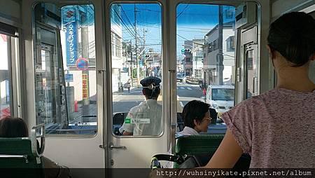 鎌倉 江之電 走在市區馬路上