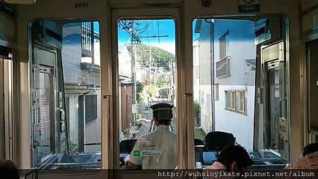 鎌倉 江之電 穿越兩旁住宅區