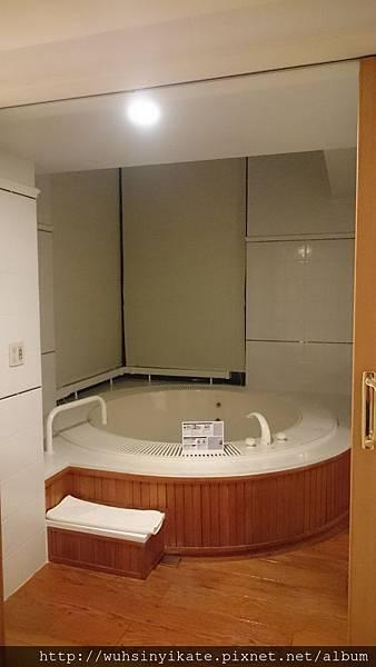 RISONARE TOMAMU有窗景的Jacuzzi浴缸