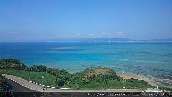 從古宇利オーシャンタワー遠眺美麗的沖繩寶石藍大海