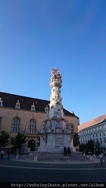 馬加什教堂前方廣場的聖三位一體紀念碑