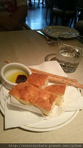 義式麵包配橄欖油黑醋