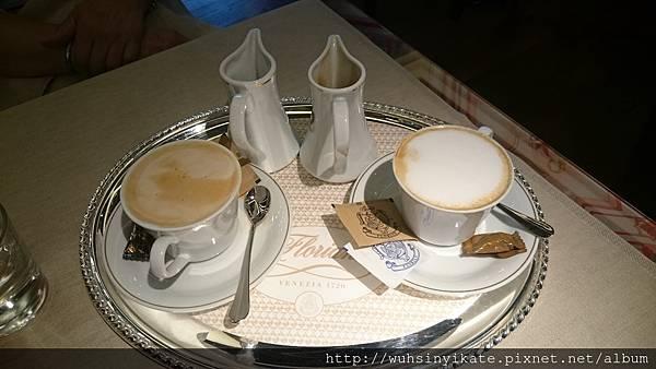套餐附飲品:(左)可自行調配比例的拿鐵(右)卡布奇諾
