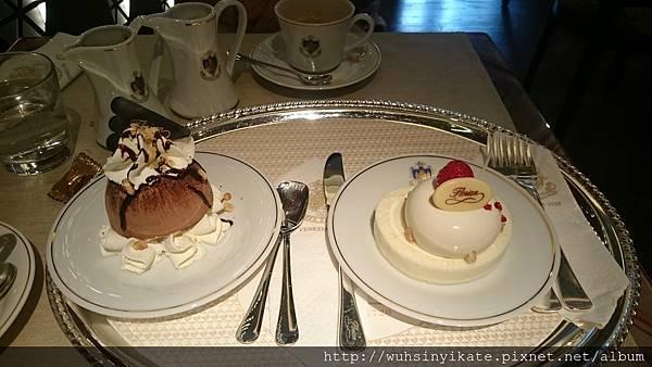 甜點:(左)松露黑巧克力巴菲(右)茉莉花慕斯蛋糕