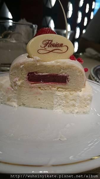 茉莉花茶慕斯蛋糕 真的有茉莉花香 上面是慕斯內有果醬凍 下面是一片蛋糕捲
