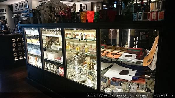 店內有售香氛及杯子等商品