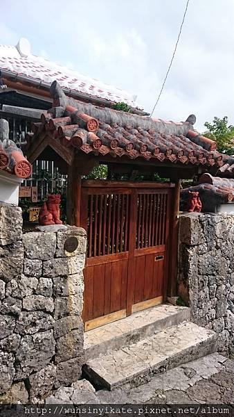 首里金城町石疊道 沿途的傳統沖繩住宅門口