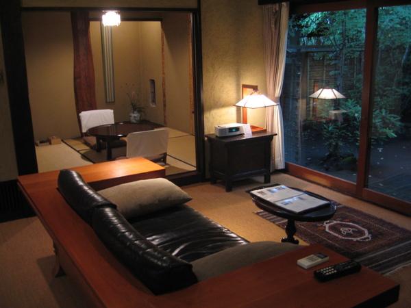 正門進入後為客廳及外面的庭院,左邊則是和室