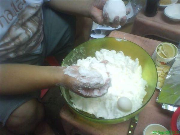 孔龍蛋的製作過程一(利用蛋白搓揉散粒的鹽巴以達成黏綢狀態).JPG