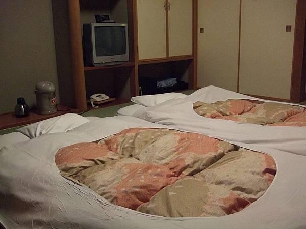 2008-10-22-074第一天飯店日式床鋪.jpg