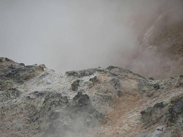 2008-10-23-098登別地獄谷的地表面.jpg