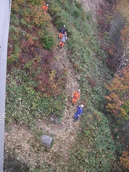 2008-10-23-120熊牧場坐纜車遇到工人.jpg