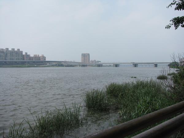大稻埕水門外看台北橋
