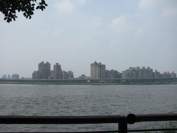 大稻埕水門外看對岸