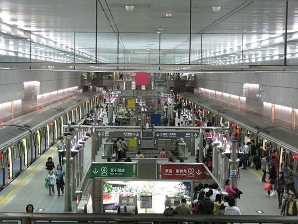 中正紀念堂站月台全景 一二月台皆有列車停靠.JPG