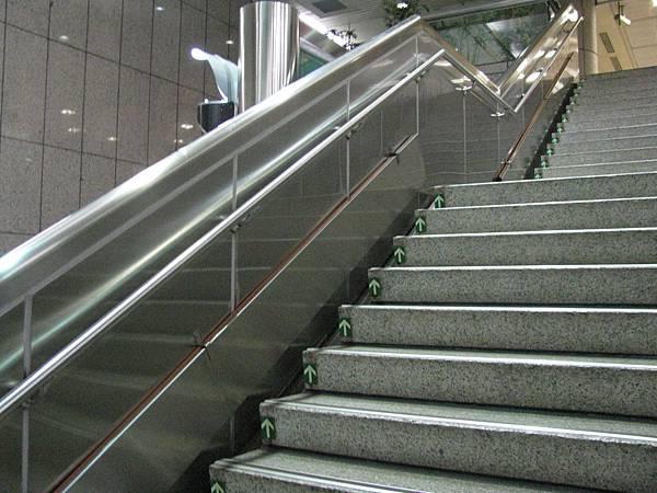 中正紀念堂站北側樓梯有不知名板狀物.JPG