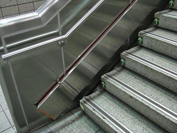 中正紀念堂站北側樓梯有不知名板狀物 (2).JPG