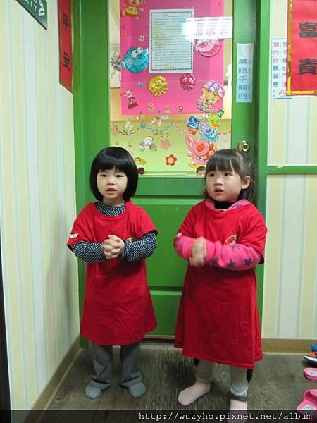 元宵節猜燈謎活動~兩個女生穿上紅衣站門兩側.,一人一句吉祥話.JPG