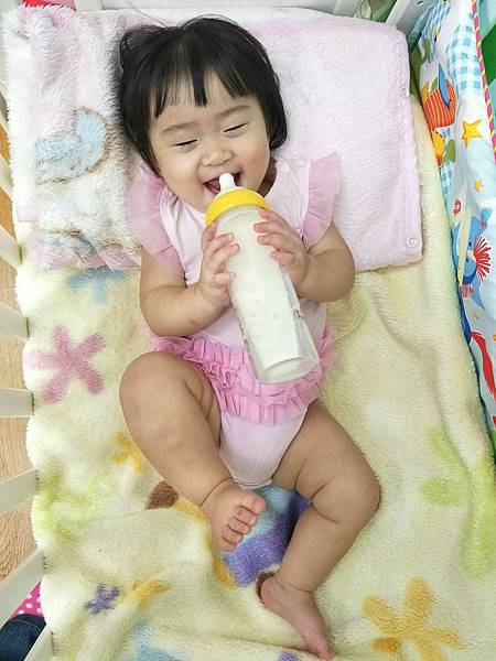 喝奶喝到翹腳.jpg
