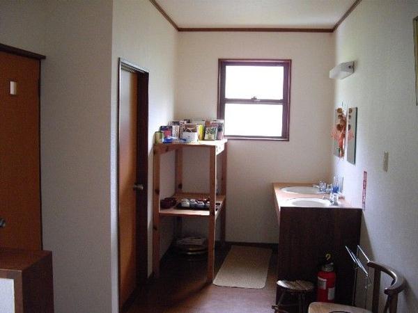 h3613_二樓的洗臉台和廁所.jpg
