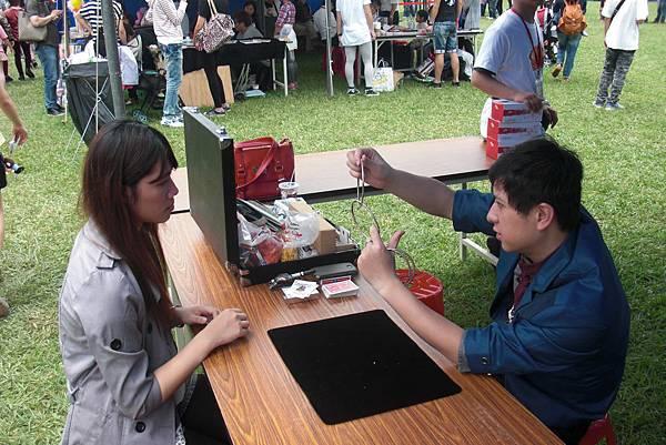 2013-05-04裕隆集團家庭日-埔心農場街頭魔術表演1