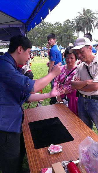 2013-05-04裕隆集團家庭日-埔心農場街頭魔術表演5