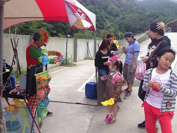2014-10-04宏益玻璃家庭日-小丑氣球+活動工讀4