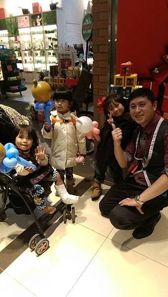 2014-12-13~12-14松山火車站街頭氣球15.jpg