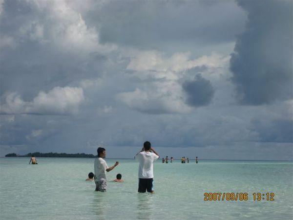 143.長白沙灘上遠方的男孩們.JPG