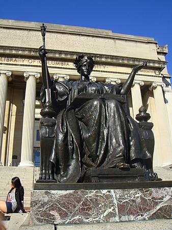 圖書館前的女神像