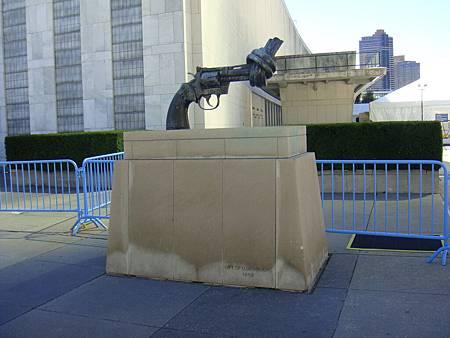 入口處象徵世界和平的雕像