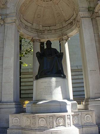 布萊恩公園內William C. Bryant雕像