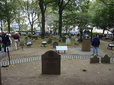 堂前的墓地