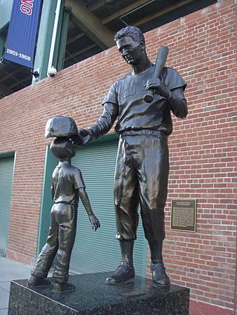 球場旁的雕像