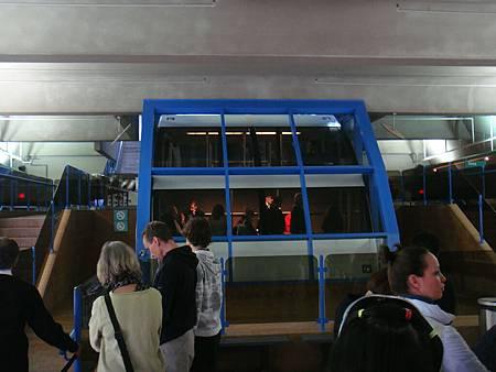 通往斜塔頂端的電梯