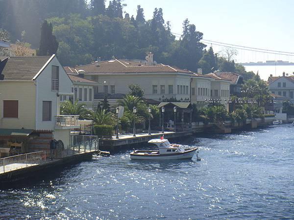 海峽沿岸的高級住宅