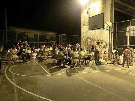 2011-911 汐止素烤--06 這角度才知道我們佔了半個籃球場.jpg