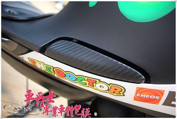 《GOGOROS 客製化全車彩貼》   交車出廠第一步就安排先將全車彩貼貼上車,首要是要求帥,次要就是要全車殼保護!車型渾圓的GOGOROS打造成車主指定的廠車式樣居然一