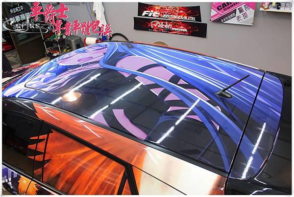 《二代MAZDA3 客製化全車車身彩貼%26;前檔貼》   全車彩貼能運用車身每一個部位、形狀將彩貼設計的張力發揮到最極限。在後門位置放大突顯的主題強調的是主角人物的霸氣,一眼
