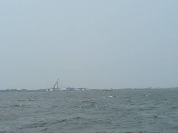 2011.4.4 遠處的鵬灣跨海大橋