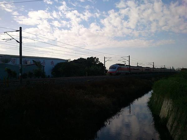 2012.12.22 南147線平交道旁 自強號南下準備通過