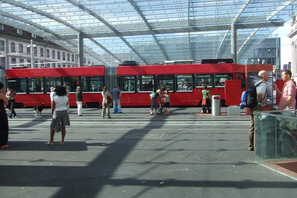 在市區跑的軌道電車
