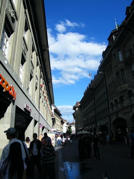 夾在街道中的藍天