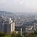 岩上的城市景緻