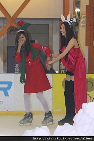 豆花差點在冰上滑倒,還好有師姐弦子在旁照顧
