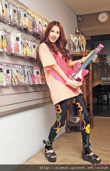 弦子搞笑欲彈奏自己親手做的手工糖果吉他,看起來很逼真_彭欣偉攝